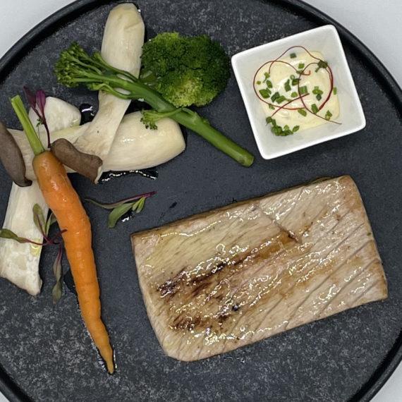 Ventresca de atún con verduras y salsa tártara