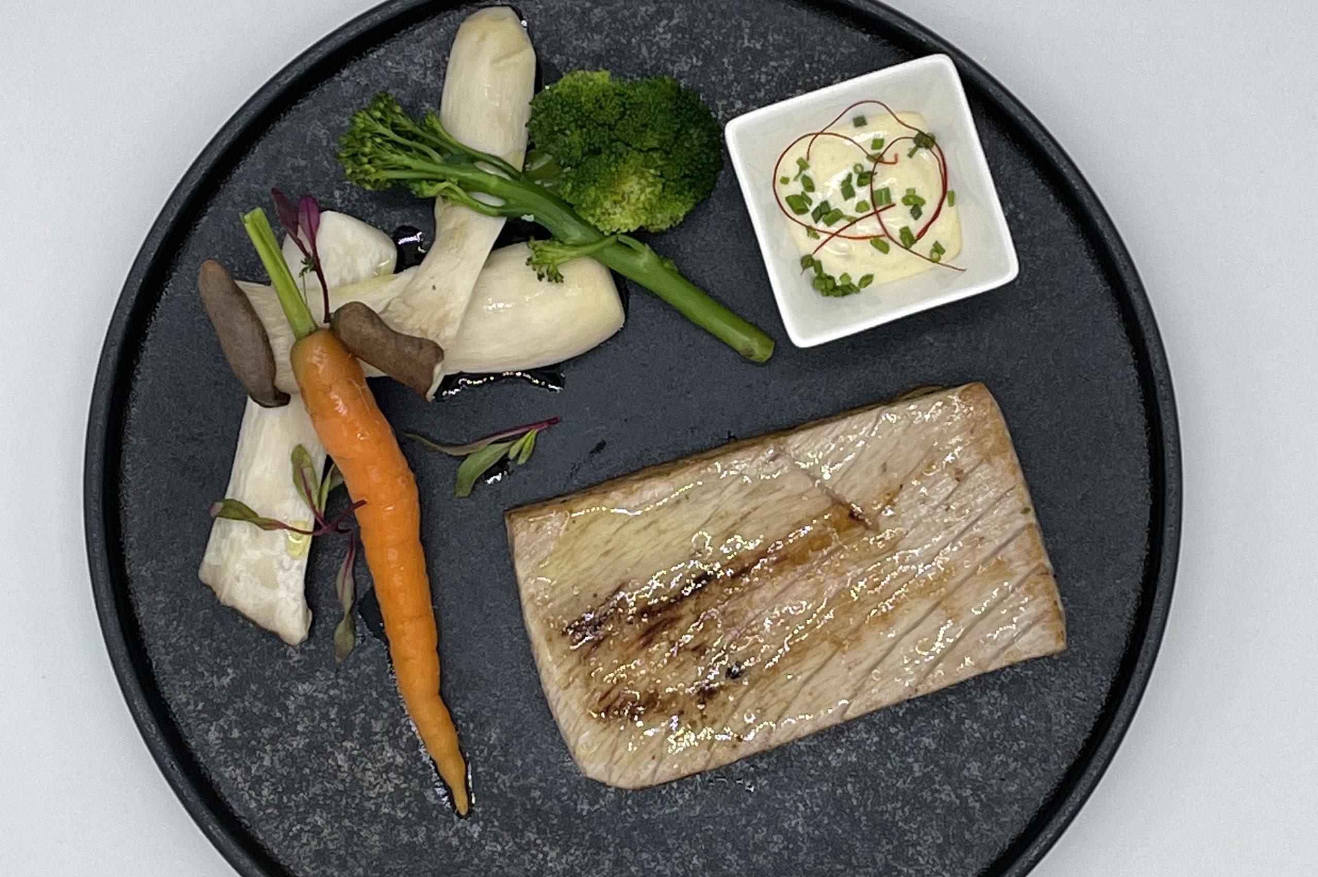 Ventresca de atún salvaje con verduras y salsa tártara